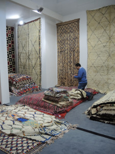 Våre nyinnkjøpte berbertepper pakkes inn for forsendelse