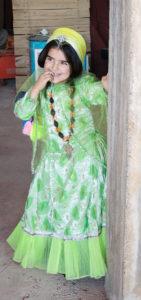 Vil denne lille qashqai-jenta bli ingeniør eller knytte tepper når hun blir stor?