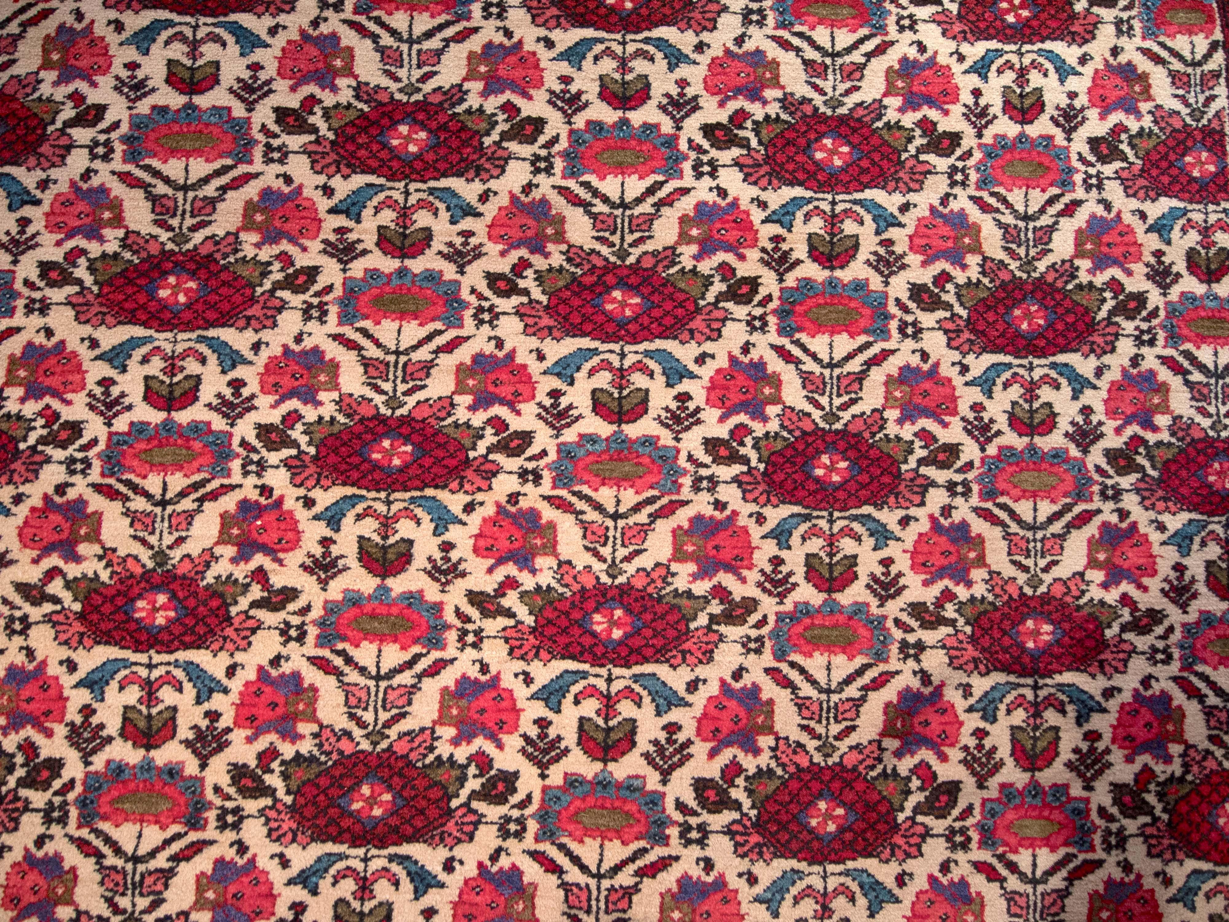 70012 Persisk Lilihan-teppe med repeterende blomstermotiver